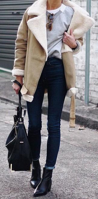 Как и с чем носить: светло-коричневая дубленка, серый свитшот, белая футболка с круглым вырезом, темно-синие джинсы скинни