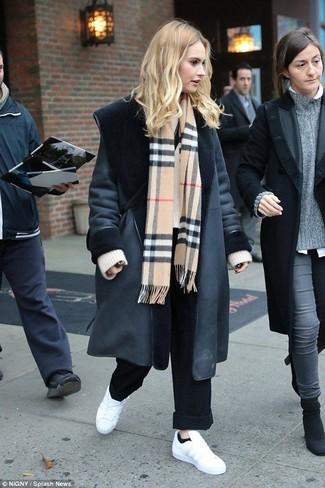 Как и с чем носить: черная дубленка, бежевый вязаный свободный свитер, черные широкие брюки, белые кожаные низкие кеды
