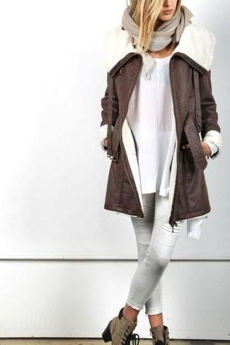 Как и с чем носить: темно-коричневая дубленка, белая туника, белые кожаные узкие брюки, коричневые замшевые ботильоны на шнуровке