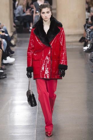 Как и с чем носить: красная дубленка, красные широкие брюки, красные кожаные ботильоны, черная кожаная стеганая сумка-саквояж