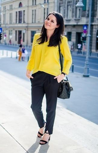 Как и с чем носить: желтая блуза на пуговицах, черные классические брюки, черные замшевые босоножки на каблуке, черная кожаная стеганая сумка через плечо