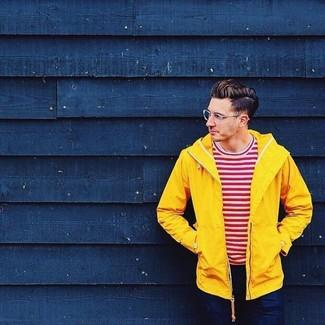 Как и с чем носить: желтая ветровка, бело-красная футболка с круглым вырезом в горизонтальную полоску, темно-синие джинсы