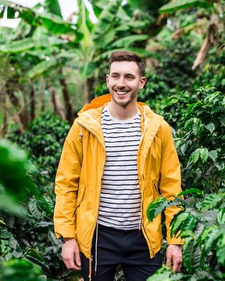 Как и с чем носить: желтая ветровка, бело-темно-синяя футболка с круглым вырезом в горизонтальную полоску, темно-синие брюки чинос
