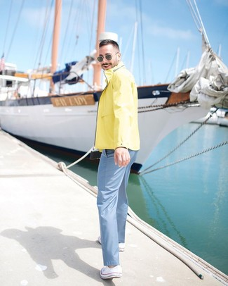Как и с чем носить: желтая ветровка, голубые брюки чинос, белые низкие кеды из плотной ткани