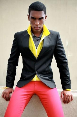 Как и с чем носить: желтая ветровка, черный пиджак, черно-белая классическая рубашка в мелкую клетку, красные брюки чинос