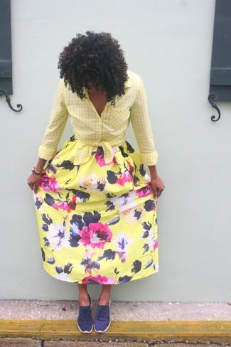 Как и с чем носить: желтая классическая рубашка в мелкую клетку, желтая длинная юбка с цветочным принтом, темно-синие низкие кеды