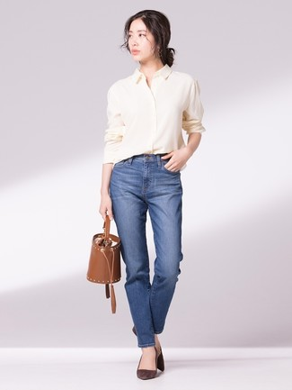Как и с чем носить: желтая классическая рубашка, синие джинсы, темно-коричневые замшевые туфли, коричневая кожаная сумка-мешок