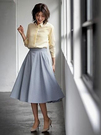 Как и с чем носить: желтая классическая рубашка, темно-синяя юбка-миди в горизонтальную полоску, бежевые замшевые туфли