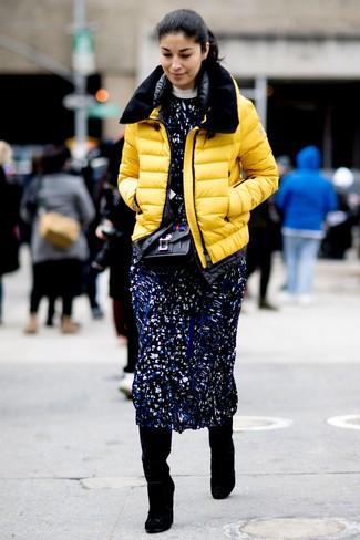 Модный лук: Желтая куртка-пуховик, Темно-синее платье-миди с принтом, Черные замшевые сапоги, Черная кожаная сумка через плечо с украшением