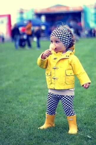 Как и с чем носить: желтая куртка, черно-белые леггинсы в клетку, желтые резиновые сапоги, черно-белый ободок/повязка в клетку