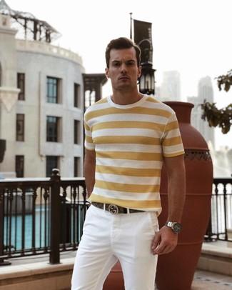 Как и с чем носить: желтая футболка с круглым вырезом в горизонтальную полоску, белые брюки чинос, коричневый кожаный ремень, серебряные часы