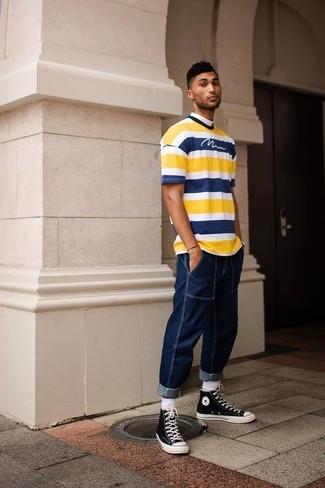 Как и с чем носить: желтая футболка с круглым вырезом в горизонтальную полоску, темно-синие джинсы, черно-белые высокие кеды из плотной ткани, белые носки