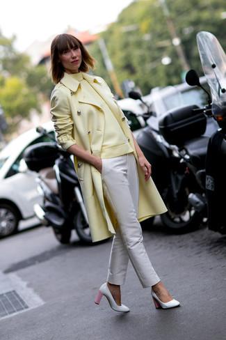 Модный лук: Желтое пальто, Желтая водолазка, Бежевые узкие брюки, Бело-розовые кожаные туфли