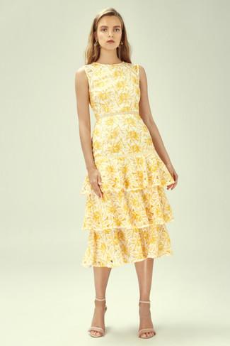 Как и с чем носить: желтое платье-миди с цветочным принтом, бежевые кожаные босоножки на каблуке, золотые серьги