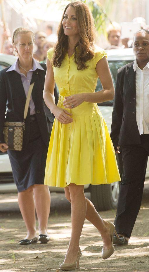 Бежевые туфли и желтое платье