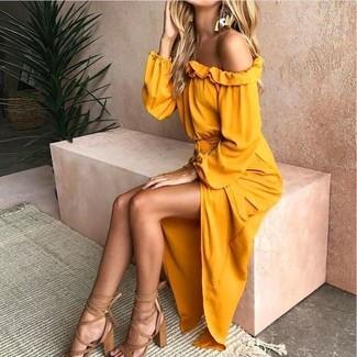 Как и с чем носить: желтое платье с открытыми плечами, светло-коричневые кожаные босоножки на каблуке, золотые серьги