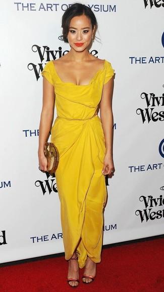 Как и с чем носить: желтое платье-футляр, красные кожаные босоножки на каблуке, золотой клатч, золотые серьги