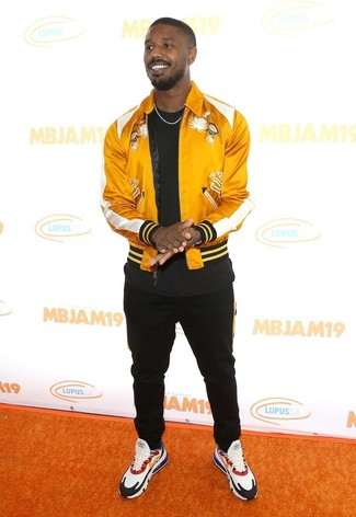 Как и с чем носить: желтый сатиновый бомбер, черная футболка с круглым вырезом, черные спортивные штаны, разноцветные кроссовки