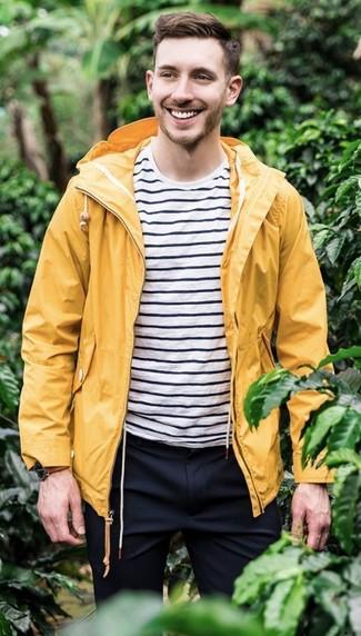 Как и с чем носить: желтый дождевик, бело-черная футболка с круглым вырезом в горизонтальную полоску, темно-синие классические брюки, коричневые кожаные часы