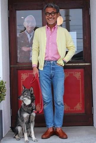 Как и с чем носить: желтый кардиган, розовая рубашка с длинным рукавом в мелкую клетку, синие джинсы, табачные кожаные лоферы