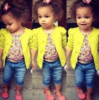 Как и с чем носить: желтый кардиган, розовая футболка, синие джинсы, розовые балетки
