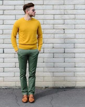 Как и с чем носить: желтый свитер с круглым вырезом, зеленые брюки чинос, коричневые кожаные монки с двумя ремешками, черные солнцезащитные очки