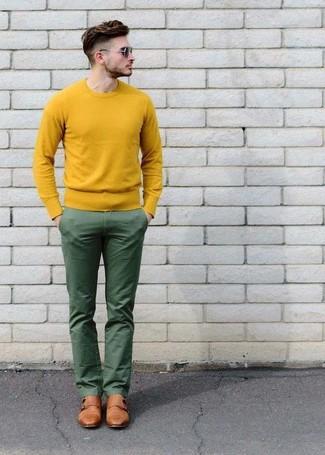Как и с чем носить: желтый свитер с круглым вырезом, зеленые брюки чинос, светло-коричневые кожаные монки с двумя ремешками, темно-коричневые солнцезащитные очки