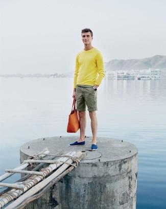 Как и с чем носить: желтый свитер с круглым вырезом, оливковые шорты, синие эспадрильи из плотной ткани, оранжевая кожаная большая сумка