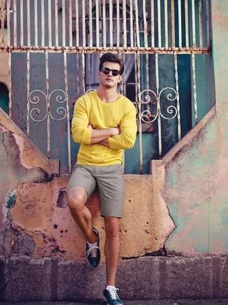 Как и с чем носить: желтый свитер с круглым вырезом, серые шорты, темно-синие кожаные низкие кеды, черные солнцезащитные очки