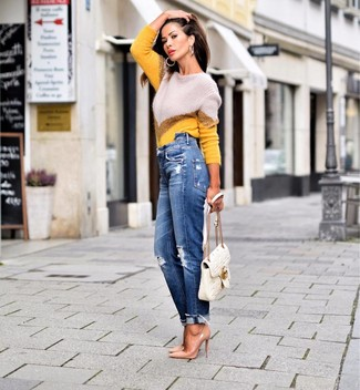 Синие рваные джинсы-бойфренды: с чем носить и как сочетать: Желтый свитер с круглым вырезом с узором зигзаг и синие рваные джинсы-бойфренды позволят создать легкий и практичный лук для выходного в парке или торговом центре. В сочетании с этим образом наиболее уместно выглядят светло-коричневые кожаные туфли.