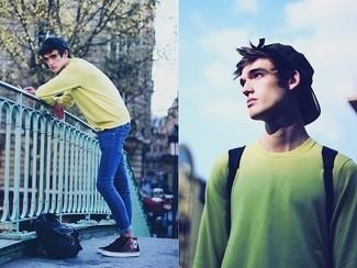 Как и с чем носить: желтый свитер с круглым вырезом, синие зауженные джинсы, темно-синие низкие кеды с принтом, темно-синяя бейсболка