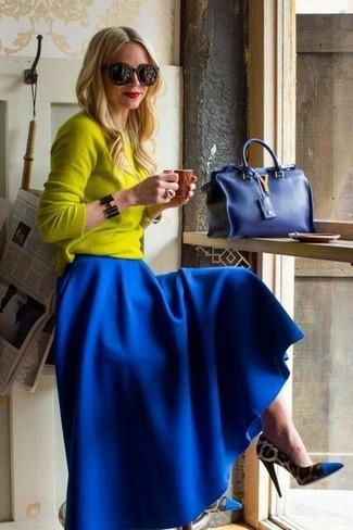 Как и с чем носить: желтый свитер с круглым вырезом, синяя длинная юбка со складками, синие туфли с леопардовым принтом, синяя сумочка