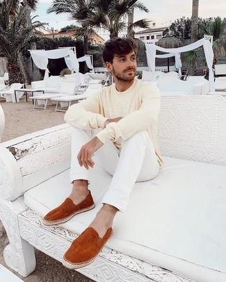 Как и с чем носить: желтый свитер с круглым вырезом с принтом, белые джинсы, табачные замшевые эспадрильи