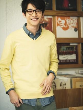 Как и с чем носить: желтый свитер с v-образным вырезом, темно-синяя рубашка с длинным рукавом из шамбре, оливковые брюки чинос