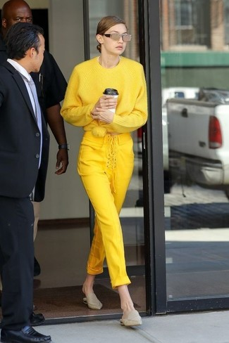 Как и с чем носить: желтый свободный свитер, желтые узкие брюки, бежевые кожаные сабо, золотые солнцезащитные очки