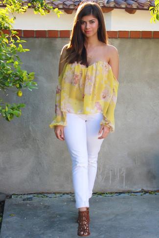 Белые джинсы: с чем носить и как сочетать женщине: Стильное сочетание желтого топа с открытыми плечами с цветочным принтом и белых джинсов подходит для тех случаев, когда комфорт ставится превыше всего. В качестве завершения этого образа здесь просятся табачные замшевые босоножки на каблуке.