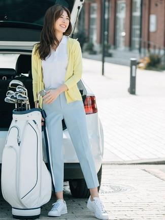Как и с чем носить: желтый худи, белая рубашка поло, голубые брюки-галифе, белые кожаные низкие кеды