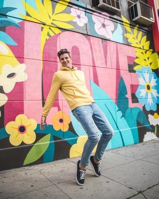 Как и с чем носить: желтый худи, голубые рваные зауженные джинсы, темно-синие низкие кеды из плотной ткани