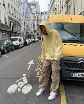 Мужские луки: Если в одежде ты ценишь удобство и практичность, желтый худи и светло-коричневые брюки карго — замечательный выбор для стильного повседневного мужского лука. Бело-красные кожаные высокие кеды выигрышно впишутся в ансамбль.