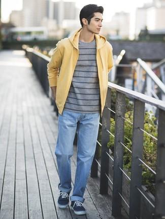Как и с чем носить: желтый худи, серая футболка с круглым вырезом в горизонтальную полоску, голубые джинсы, темно-синие низкие кеды из плотной ткани