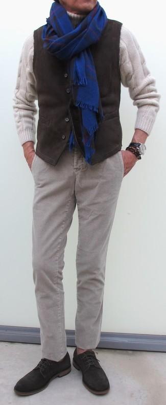Как и с чем носить: темно-коричневый вельветовый жилет, белая шерстяная вязаная водолазка, серые вельветовые брюки чинос, темно-коричневые замшевые туфли дерби