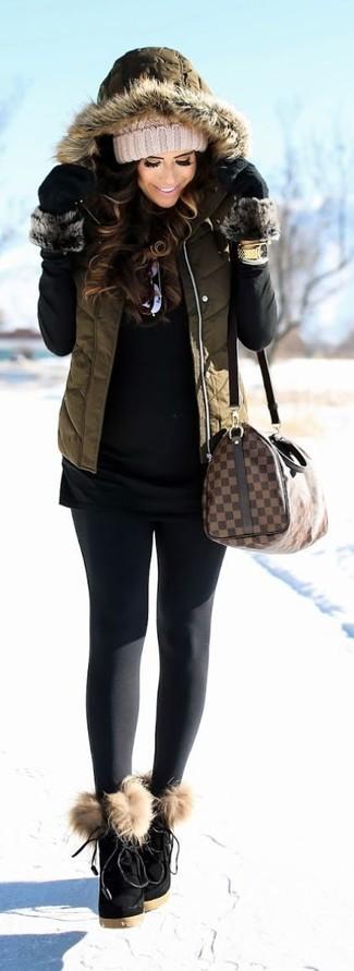 Как и с чем носить: оливковый стеганый жилет, черная водолазка, черные леггинсы, черные замшевые ботильоны на шнуровке