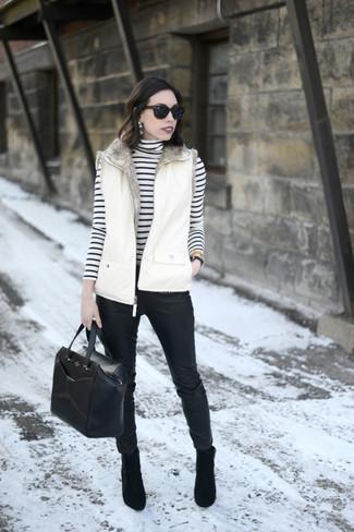 Как и с чем носить: белый жилет, бело-черная водолазка в горизонтальную полоску, черные кожаные узкие брюки, черные замшевые ботильоны