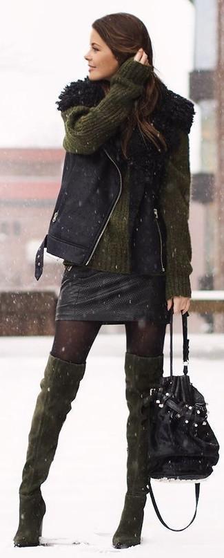 Модный лук: Черный жилет из овчины, Оливковый свободный свитер, Черная кожаная мини-юбка, Оливковые замшевые ботфорты