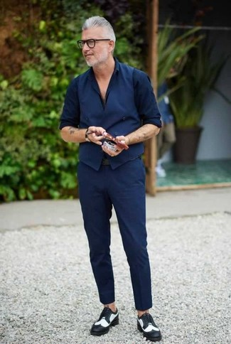 Как и с чем носить: темно-синий жилет, темно-синяя классическая рубашка, темно-синие брюки чинос, черно-белые кожаные броги