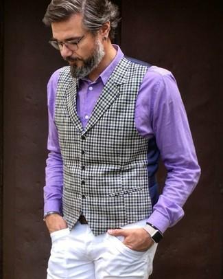 Как и с чем носить: темно-синий жилет в клетку, пурпурная классическая рубашка, белые брюки чинос, темно-коричневый кожаный ремень