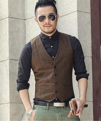 Как и с чем носить: темно-коричневый жилет, черная классическая рубашка, зеленые брюки чинос, черный кожаный ремень