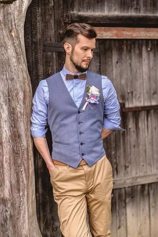 Как и с чем носить: голубой жилет, голубая классическая рубашка, светло-коричневые брюки чинос, коричневый галстук-бабочка с принтом