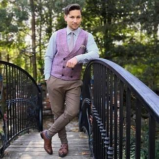 Модный лук: пурпурный жилет, бело-темно-синяя классическая рубашка в вертикальную полоску, коричневые брюки чинос, коричневые кожаные монки с двумя ремешками