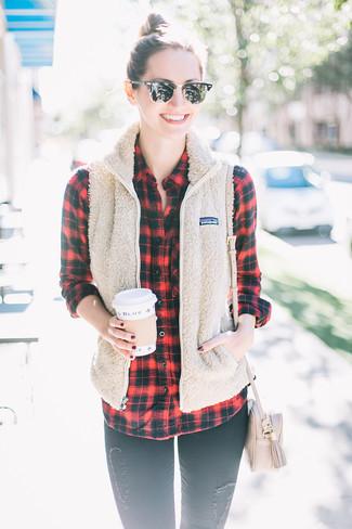 Как и с чем носить: бежевый флисовый жилет, красно-черная классическая рубашка в шотландскую клетку, черные рваные джинсы скинни, бежевая кожаная сумка через плечо
